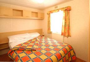 https://www.parkdeanresorts.co.uk/~/media/parkdean-resorts/units/atlas-oasis-2007-main-bedroom.jpg
