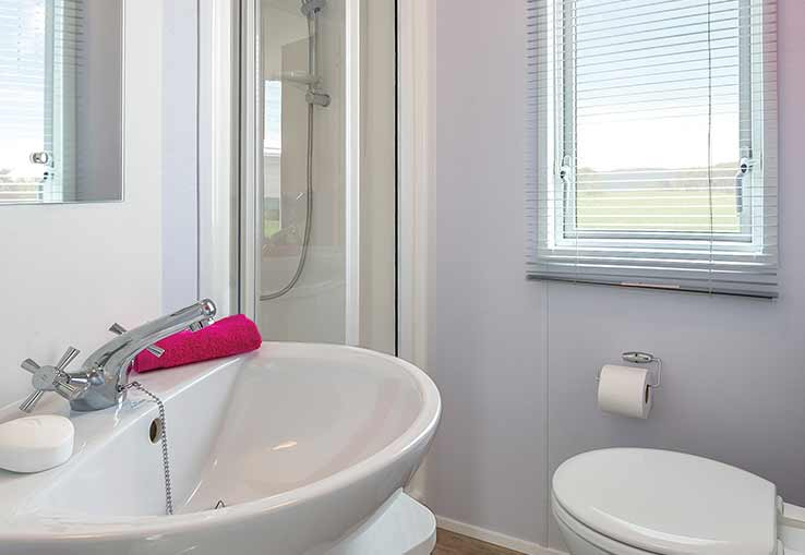 https://www.parkdeanresorts.co.uk/~/media/parkdean-resorts/units/fareham/bathroom.jpg