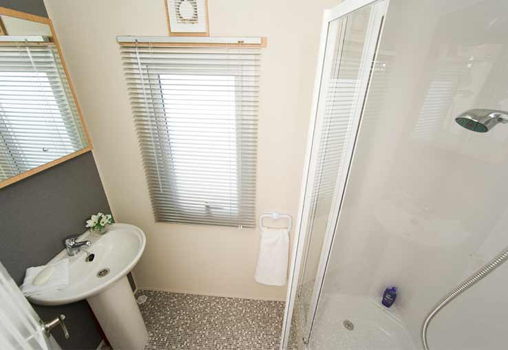 https://www.parkdeanresorts.co.uk/~/media/parkdean-resorts/units/porchester_1336/bathroom.jpg