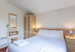 https://www.parkdeanresorts.co.uk/~/media/parkdean-resorts/units/warmwell-silver-main-bedroom.jpg