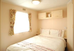 https://www.parkdeanresorts.co.uk/~/media/parkdean-resorts/units/willerby-westmorland-2003-main-bedroom.jpg